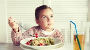 imagem crianca almocando