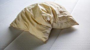 roupa de cama amarelada