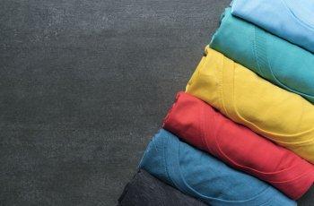 Saiba como dobrar roupas e conseguir economizar espaço no armário